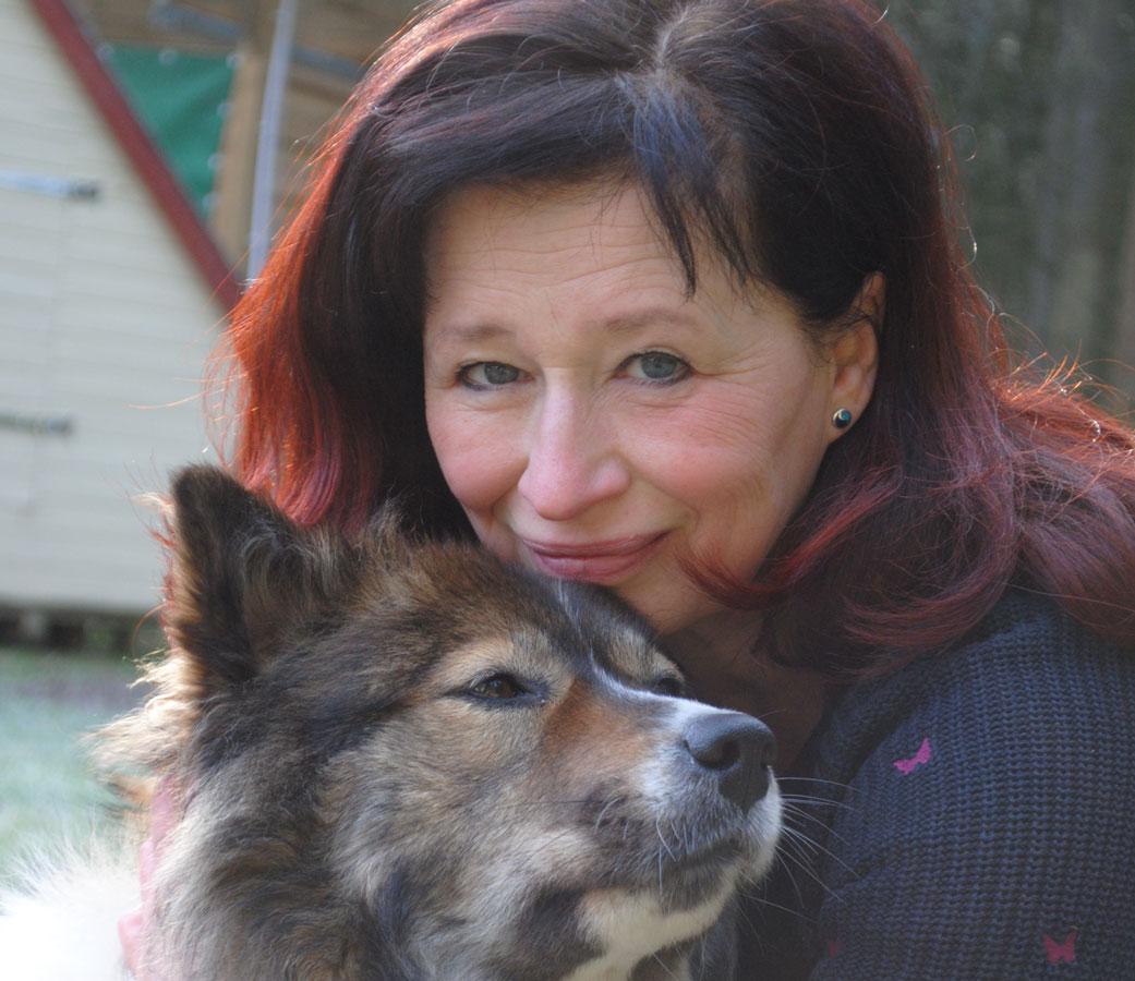 Birgit Schürmeier mit Therapiehund Akilah