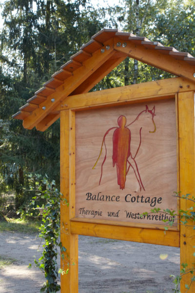 Holzschild mit Logo Balance Cottage
